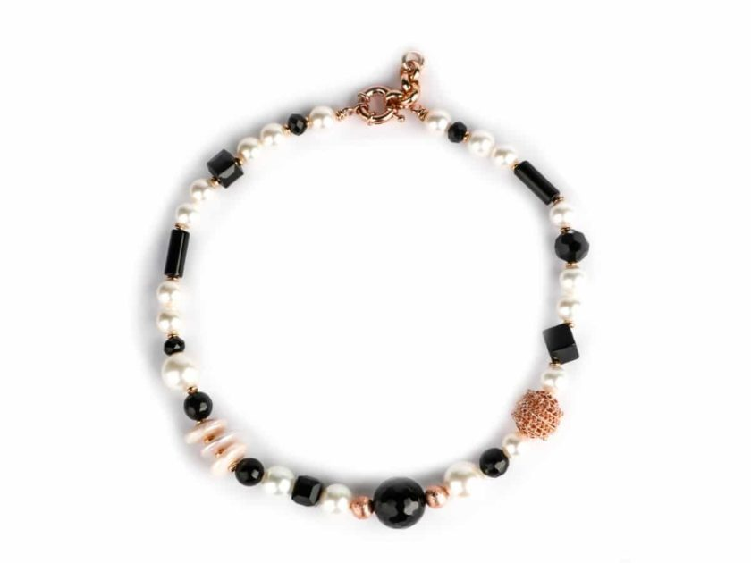 collier-romancia-noir-et-perles-plat.jpg